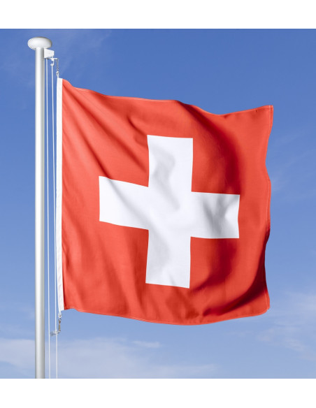 Schweizer Fahne wehend am Fahnen Masten im Wind, im Hintergrund blauer Himmel