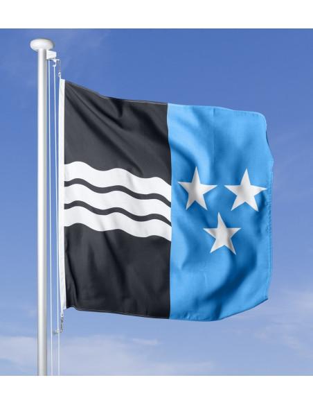 Aargauer Fahne im Wind wehend am Fahnen-Mast, im Hintergrund blauer Himmel