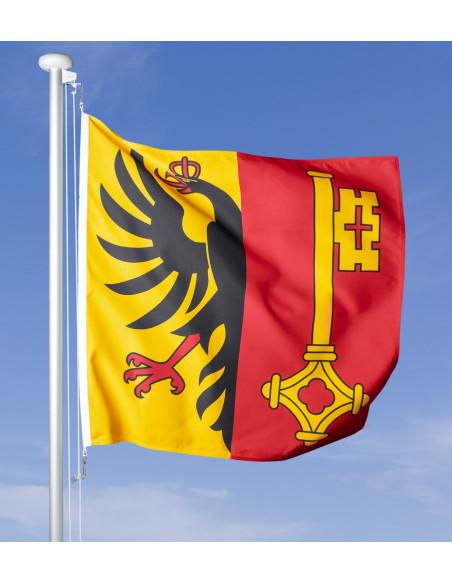 Bandiera cantonale di Ginevra che sventola nel vento forte. Il cielo blu della primavera sullo sfondo.