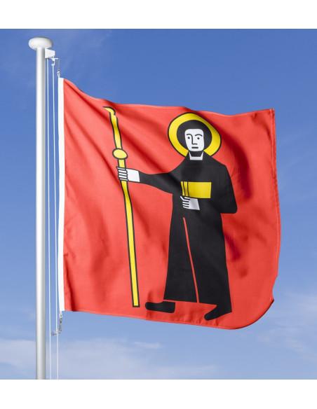 Glarner Fahne im Wind wehend am Fahnen-Mast, im Hintergrund blauer Himmel