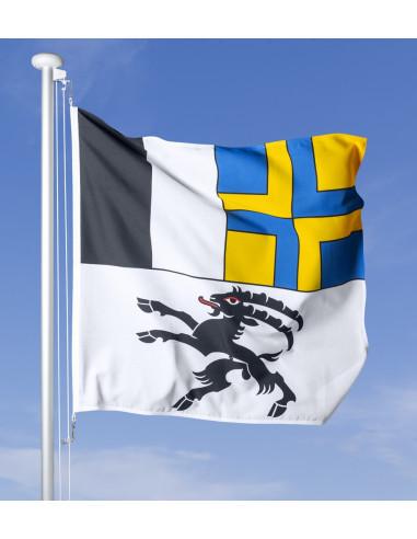 Fahne Graubünden vor blauem Himmel wehend im Wind