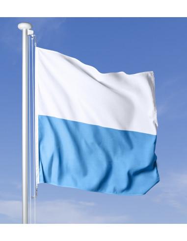 Bandiera cantonale di Lucerna contro un cielo blu profondo con vento forte