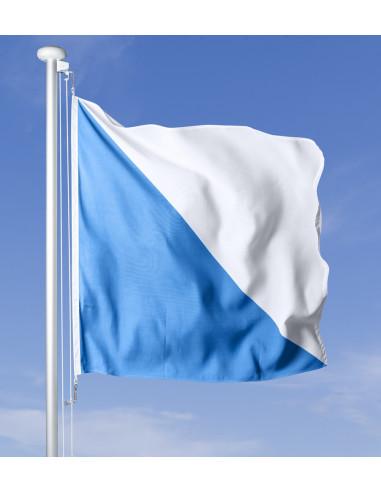 Drapeau zurichois flottant au vent sur le mât, ciel bleu en arrière-plan