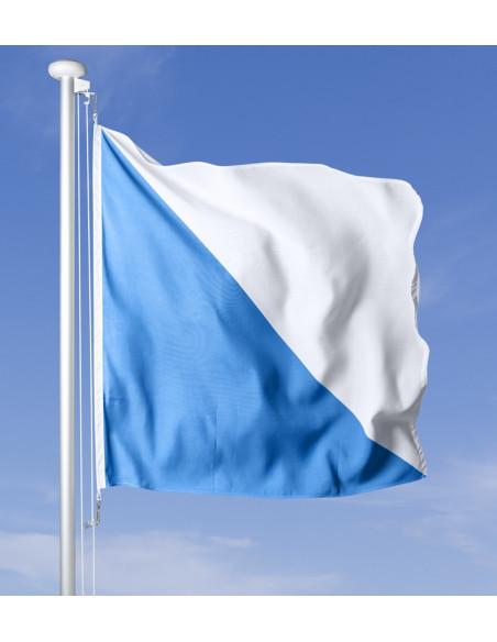 Zürcher Fahne im Wind wehend am Fahnen-Mast, im Hintergrund blauer Himmel